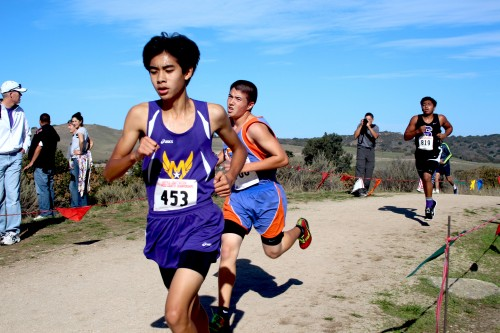 Sophomore Andrew Ma speeds up on the dirt tracks ahead of other runners. Ma ran a time of 19:21 at a 6:18 pace. Photo by Sharon Tung.